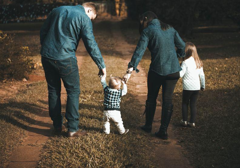 原本應該和樂的一家人,卻因為家族傳承問題而鬧得滿城風雨,僅為情境配圖。圖片來自pexels by Vidal Balielo Jr.