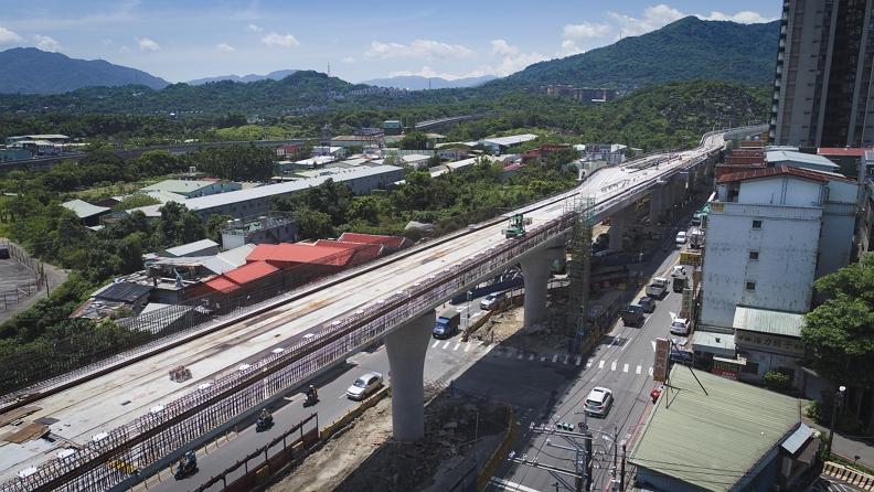 安坑輕軌高架段全長約4公里,土建主體工程自106年開始施工,並於今年7月完成高架橋全線合龍。