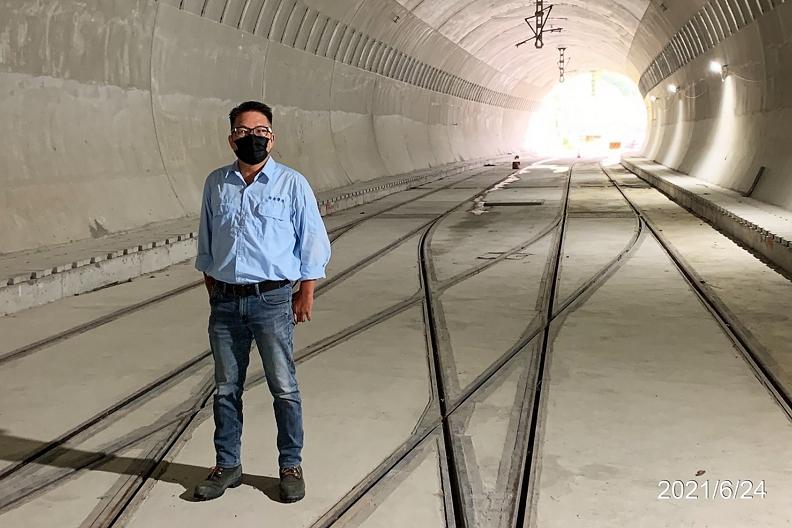 在落實防疫措施之下,安坑輕軌的工程進度不間斷。楊順寬經理與工程團隊已鋪設完成雙安隧道的「菱形道岔」。