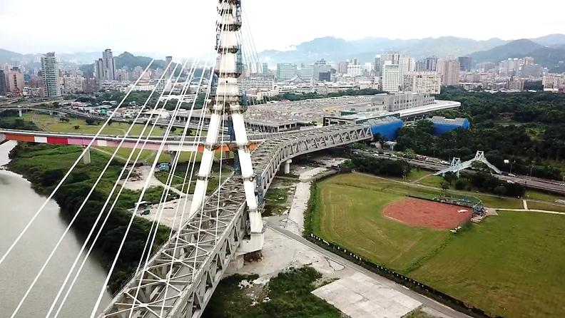 安心橋跨越新店溪,連接十四張站與新和國小站。高達130公尺的A型塔柱已成為新店地區新地標,也像是安坑居民與這座城市的鏈結,成為搭乘安坑輕軌回家時最「便捷安心」的歸屬感。