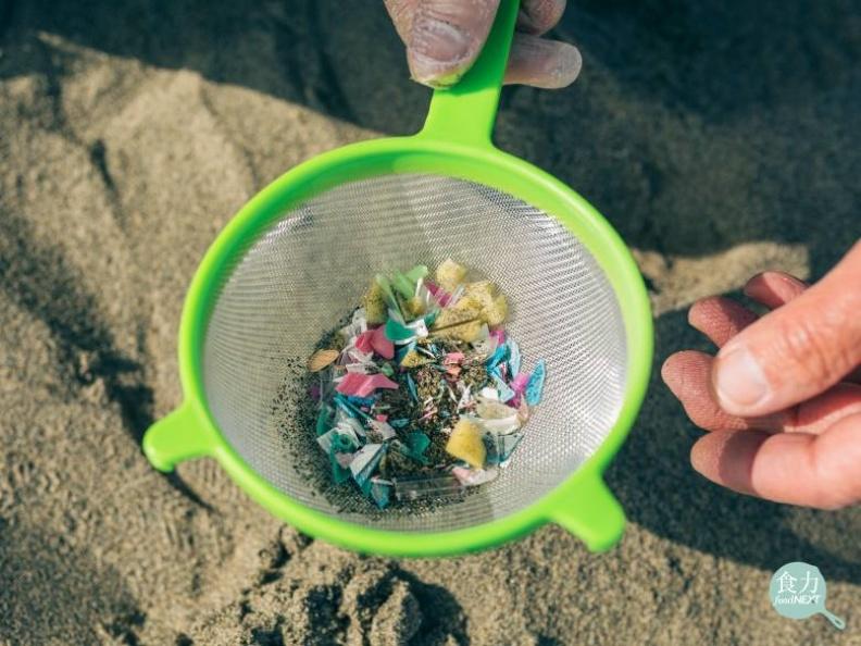 塑膠垃圾流入海洋後,會不斷被分解成更小的塑膠微粒,相當難以清除。食力提供