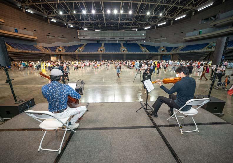 高雄市政府更在巨蛋等大型接種站,現場安排音樂演奏,高雄市政府提供。