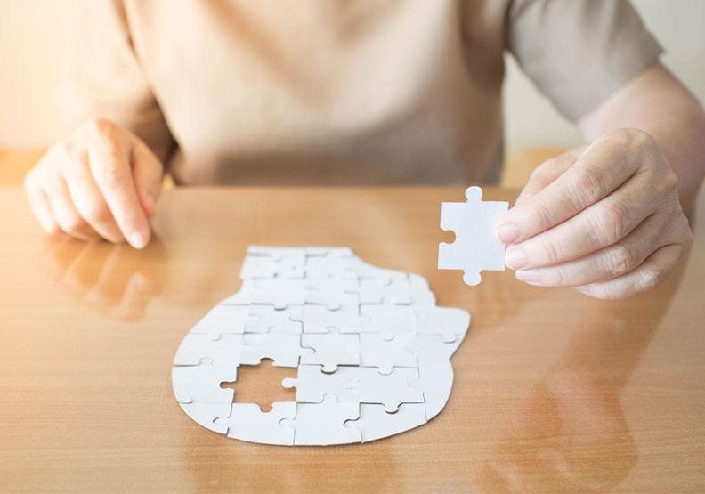 閱讀、拼圖都有幫助!研究顯示:保持大腦活躍,可延緩阿茲海默症五年