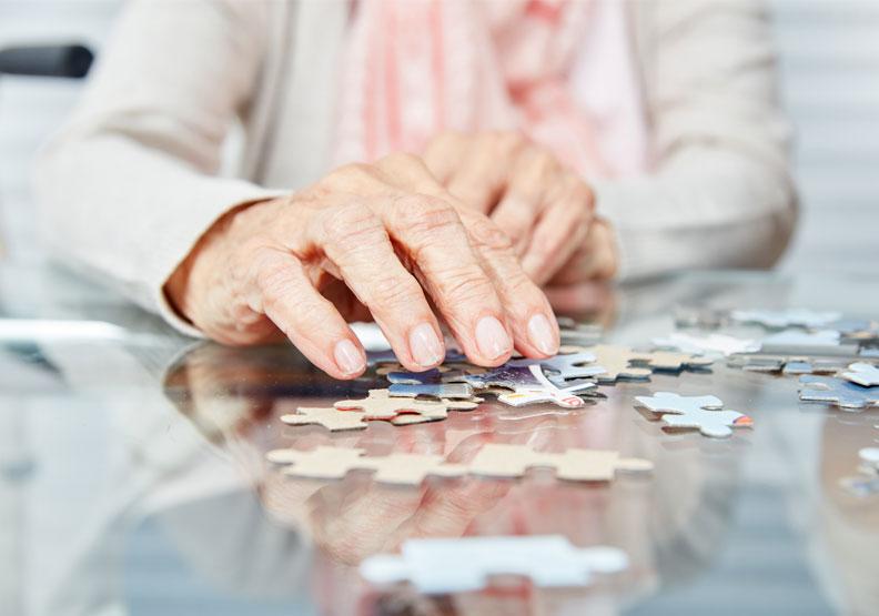 下棋、打麻將、填字、拼圖等活動及遊戲,都是一些具刺激性的認知活動。僅為情境配圖,取自shutterstock