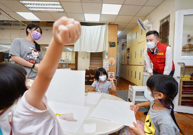 林智堅視察幼兒園復班的防疫整備,新竹市政府提供。