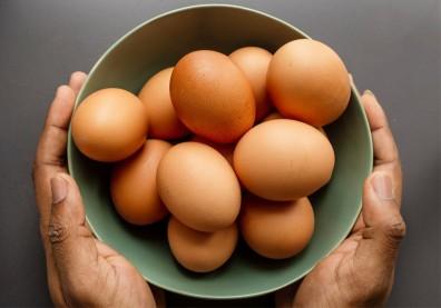 雞蛋買回家,進冰箱前該不該洗?專家:下鍋前清洗才正確