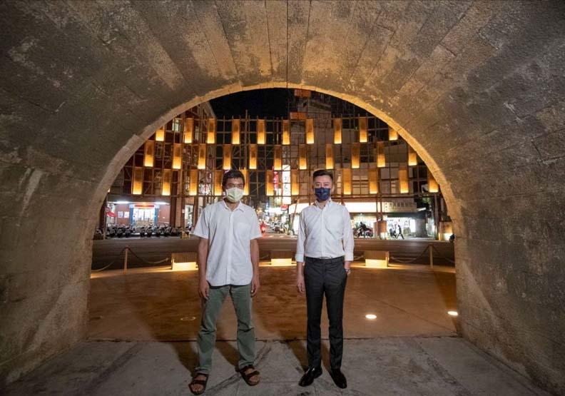 市長林智堅與建築師甘銘源一同開箱6層樓「竹風屏幕」,新竹市政府提供。
