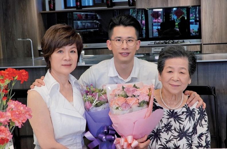 阿嬤第一次在台北過母親節。守護這兩位偉大女性的身體健康,是我的責任。采實文化出版提供