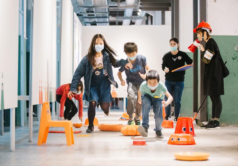 透過闖關體驗、桌遊、疊疊樂等遊戲方式,可以輕鬆學習防災知識,台灣設計研究院提供。