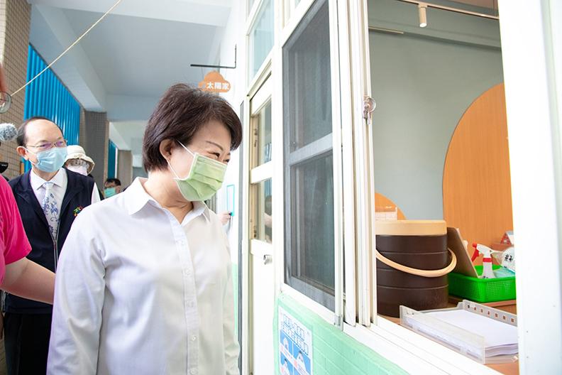 盧市長面對幼兒園開放謹慎防疫,除了環境清消,幼教人員也需接受疫苗施打及快篩結果符合規定,大家同心抗疫。