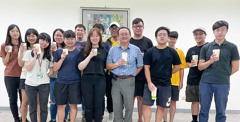 江伯源教授與食品加工研究室成員