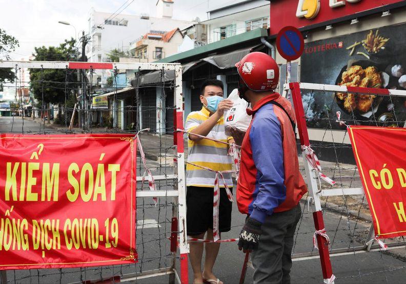 越南目前實施嚴格的封鎖政策,但疫情也不見緩解。Stringer攝