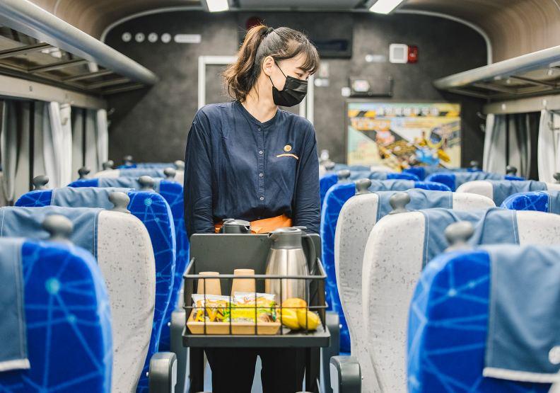 鳴日號提供餐飲、五星服務,席捲國內高端旅遊市場。圖片由雄獅旅遊提供