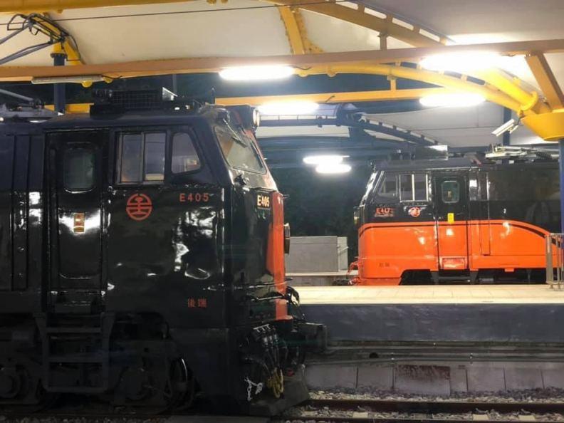 2021年元旦,鳴日號觀光列車「日出合鳴跨年首發團」,一推出就銷售一空。圖為兩列鳴日號於太麻里相會。圖片由雄獅旅遊提供
