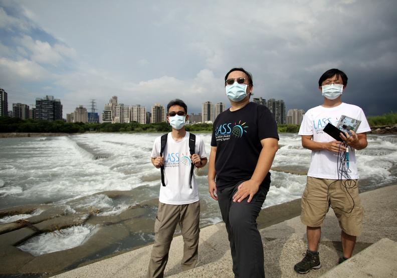 LASS社群創辦人許武龍(中),引領打造水盒子的劉紹淵(右)與沈志全(左)2位成員,一起為新竹頭前溪水質爭議,搭起公私協力的橋梁。陳之俊攝。