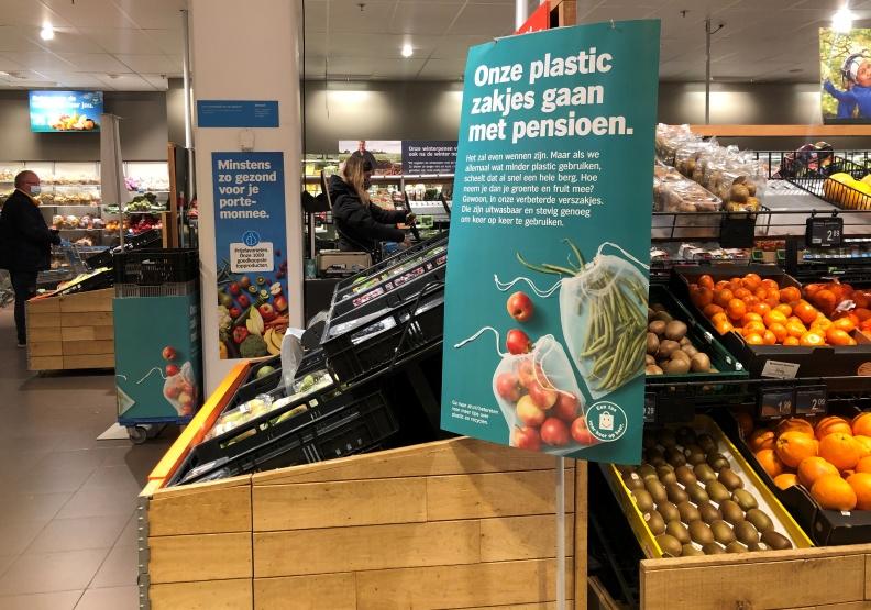 荷蘭超市龍頭業者Albert Heijn,近期推出不再使用塑膠袋,改用能重複使用的尼龍袋。余柔璇攝。