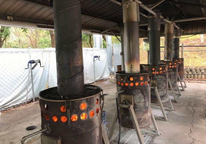 將廢棄的「菱角殼」燒製成「菱殼炭」生物炭。天下文化提供。
