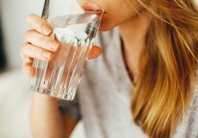 水喝不夠,小心血液黏稠釀血栓!一張圖從尿液顏色判讀