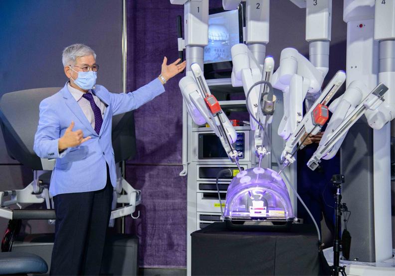 童綜院研發創新中心院長歐宴泉示範機械手臂輔助手術操作。富邦產險提供