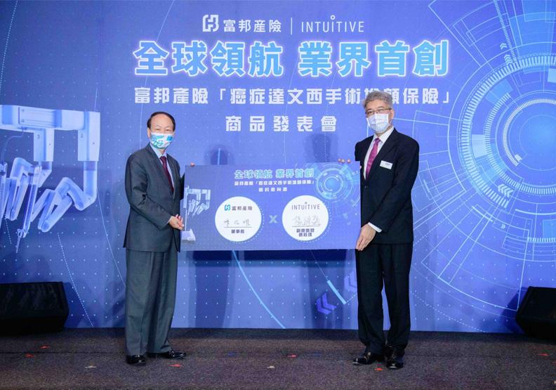 在富邦產險董事長陳伯燿(左)見證下,直覺台灣分公司副總裁暨總經理楊繼盛於今日簽約,成為第一位富邦產險癌症達文西手術保險的保戶。富邦產險提供
