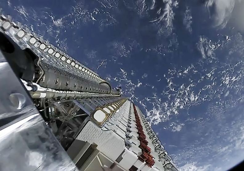 SpaceX布建的星鏈,60顆星鏈衛星堆疊在一起,攝於2019年5月24日。圖片來自維基百科