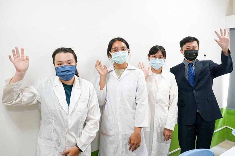 楊懷文助理教授與實驗室同學