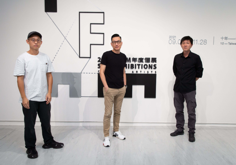 藝術家吳燦政(右)、藝術家羅智信(左)、台北市立美術館館長王俊傑(中)合影。台北市立美術館提供。