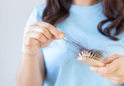 頭髮塞排水孔、卡梳子,正常嗎?這些藥物恐引來掉髮危機