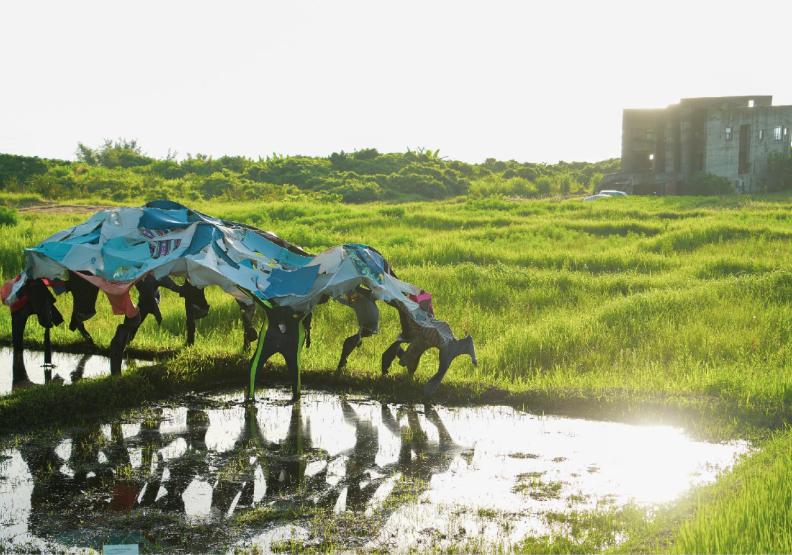 Apo'&王亭婷x港口部落:收集一群勞動者衣服作成海浪形狀,闡述「我對生活很滿意」,破洞衣服裡帶著靈跟好運,族人勞動完還會去海邊向「海浪」學習舞蹈歌唱。林務局花蓮林區管理處提供。