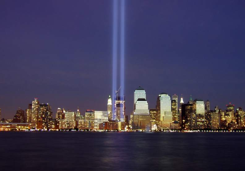 2004年的911紀念日當天,世貿中心雙子塔樓遺址上亮起兩束光柱,直射向紐約夜空。圖片來自維基百科
