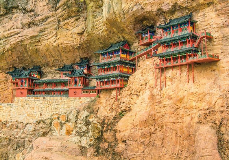 距離地面50公尺、僅以細小木柱支撐,卻緊貼斷崖絕壁的空中寺院-懸空寺,約莫1500年前建造,是中國目前唯一保存三教合一的寺院。出色文化提供。