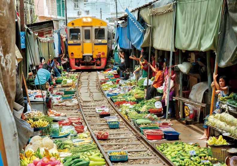 世界危險市場蓋鐵路上!數百人擠軌道買賣,火車衝來攤商從不跑