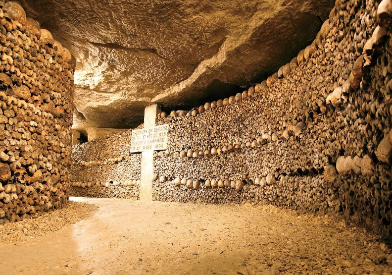 巴黎深20公尺的地下墓穴,洞窟牆壁上埋著600萬具遺骨,但裡頭有很多地圖上沒有的未知區域,因此想深入一探究竟,小心再也回不來,跟一些遊客一樣長眠於此。出色文化提供。
