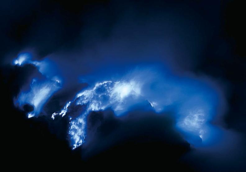 閃耀翡翠綠光澤、燃燒藍色火焰的伊真湖是一座「死湖」,在它迷人外表下,湖水暗藏危機,因為其溶有大量有毒火山瓦斯,具致命的強酸性。出色文化提供。