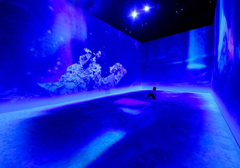 「生命的現場-演唱會」結合燈光舞台設計與體感雷射,讓觀眾體驗表演現場的震撼。台北市文化局提供。