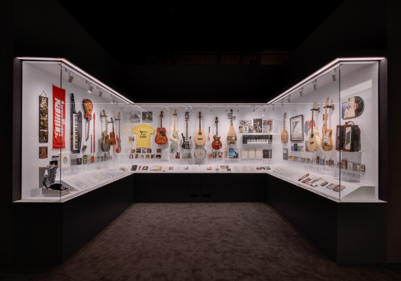 「音樂的魅力」陳列歌手使用過的樂器真品,與觀眾分享屬於音樂人的私密回憶。台北市文化局提供。