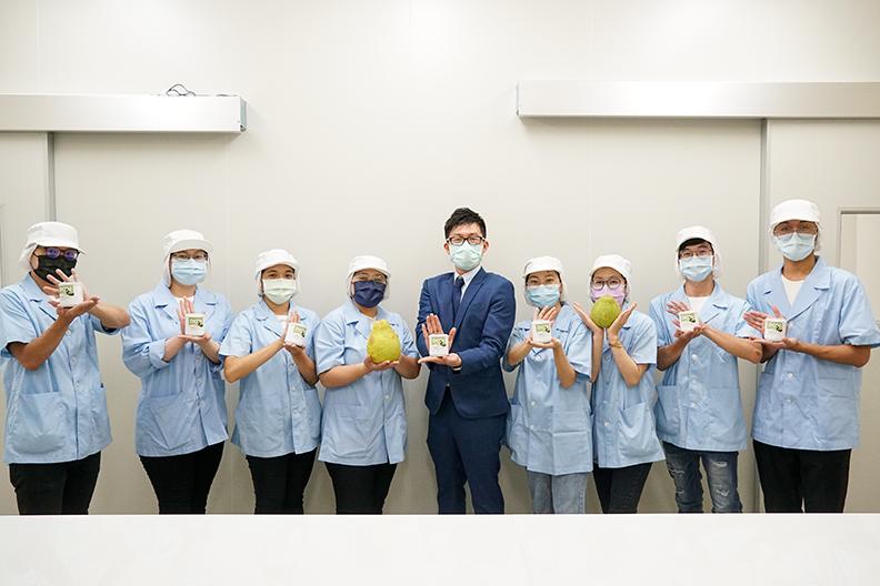 張文昌助理教授與研究室學生