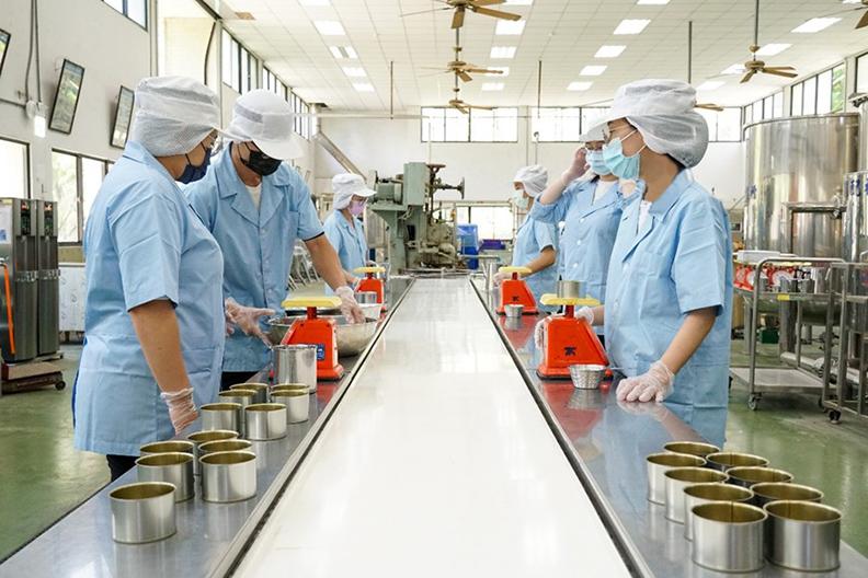 張文昌助理教授的學生於嘉義大學食品加工廠進行樣品試作