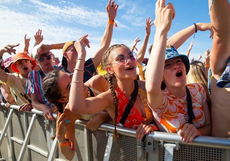 解封後在英國所舉辦的音樂祭,近萬人潮讓人以為彷彿已經沒了疫情。telegraph