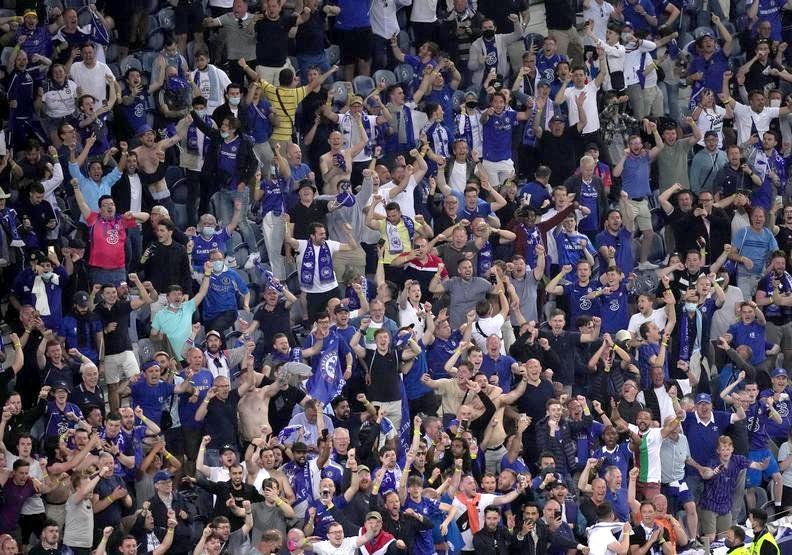 滿場切爾西球迷在歡呼,但戴口罩的人屈指可數。dorsetecho