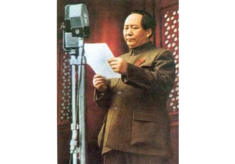 1949年10月1日,毛澤東在北京天安門城樓上宣布中華人民共和國中央人民政府成立。圖片來自維基百科