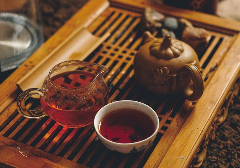 紅茶適合搭配月餅一起食用。Unsplash by Sergey Norkov