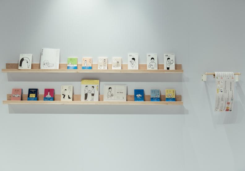 此次主題展精選展示9幅絹版印刷原畫、17件經典出版品、絕版品設計,以及探頭男孩各種姿態系列筆記本、帆布袋等日常好感用具逾300件。誠品生活提供。