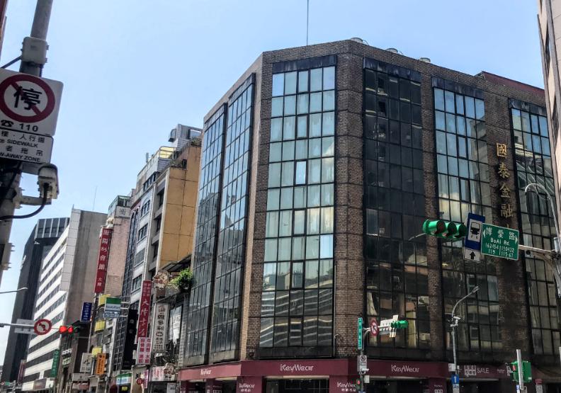 日治菊元百貨包在這棟國泰金融大廈裡。魚夫攝影。