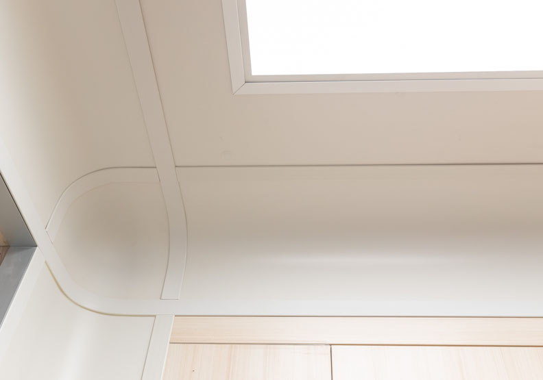 牆角設計從L型改為R型弧角;讓灰塵不易藏在死角,也避免縫隙造成院內感染的風險。台灣設計研究院提供。