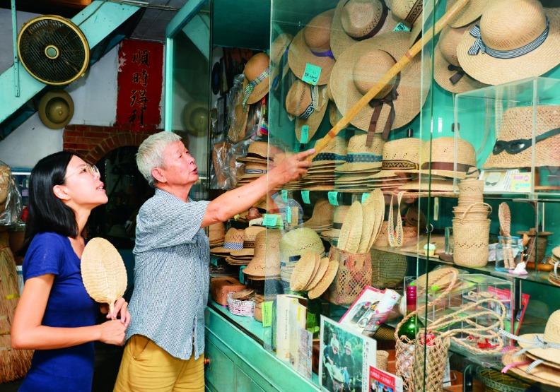 「苑裡掀海風」規劃的地方小旅行,不論是實作體驗,或參觀老街上的帽蓆行,都發揮推廣藺編技藝的功能。遠見天下文化攝。