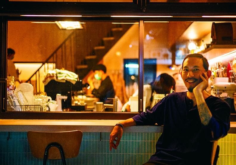 邱承漢放下了台北金融圈的「金飯碗」,回到他童年長大的地方,大力推廣鹽埕的老派風情。遠見天下文化攝。