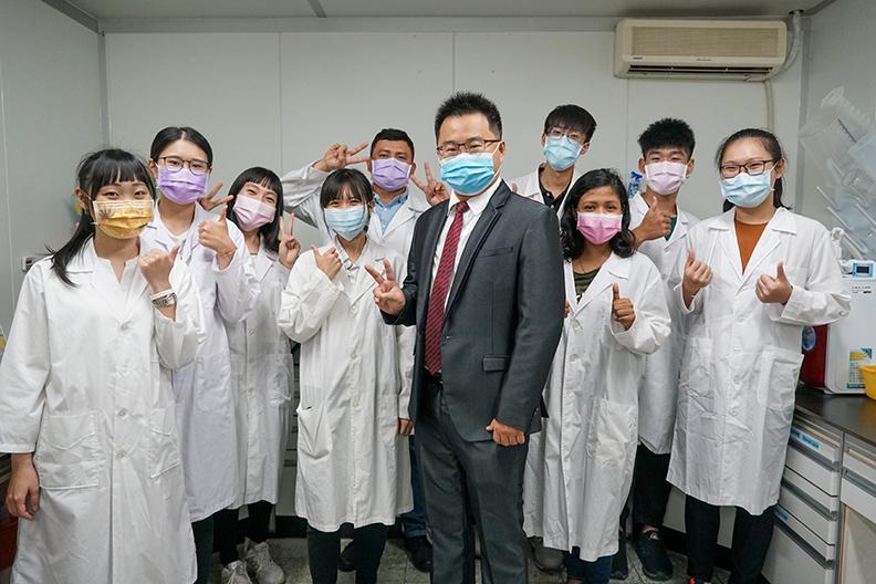 國立屏東科技大學食品科學系朱永麟助理教授與實驗室同學