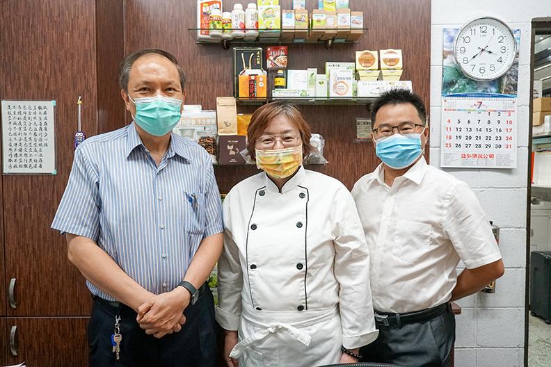 國立屏東科技大學食品科學系謝寶全特聘教授(左一)、朱永麟助理教授(右一)及加工食品加工業者代表