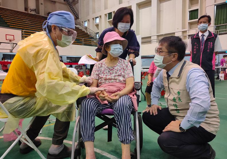 黃偉哲希望透過特色施打站的安排,讓市民施打疫苗也有全新的體驗,台南市政府提供。